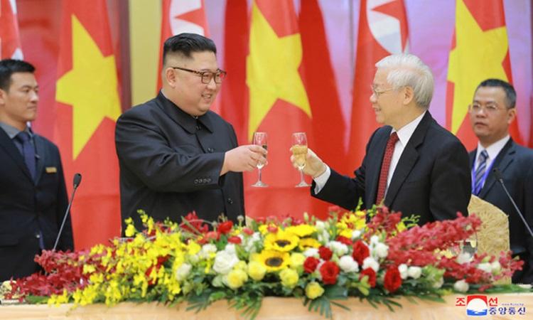 Tổng bí thư, Chủ tịch nước Nguyễn Phú Trọng (phải) nâng ly với Chủ tịch Kim Jong-un tại tiệc chiêu đãi tối 1/3. Ảnh: KCNA.