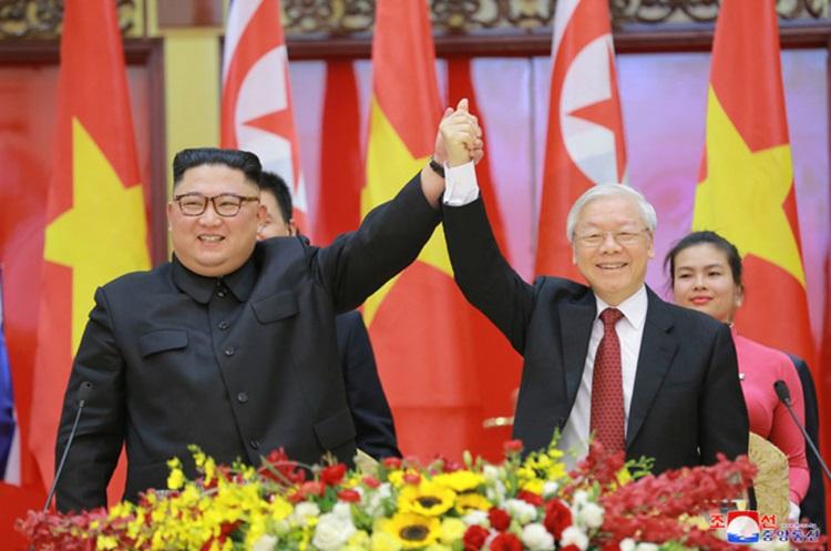 Cử chỉ biểu hiện tình cảm gắn kết Việt Nam - Triều Tiên của Tổng Bí thư, Chủ tịch nước Nguyễn Phú Trọng và Chủ tịch Kim Jong-un. Ảnh: KCNA.