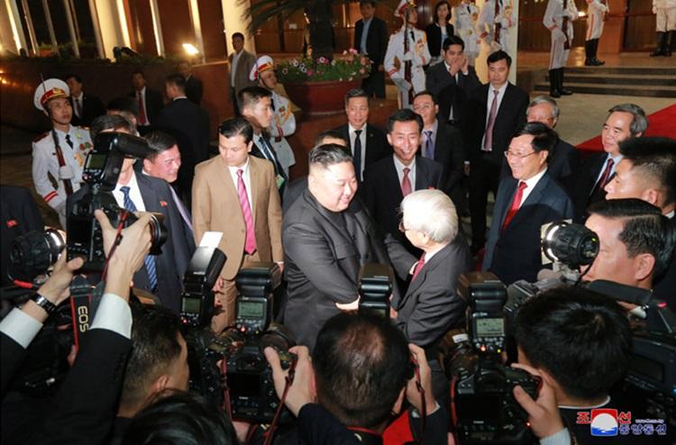 Tổng bí thư, Chủ tịch nước Nguyễn Phú Trọng bắt tay tiễn Chủ tịch Kim sau khi kết thúc tiệc chiêu đãi. Ảnh: KCNA.