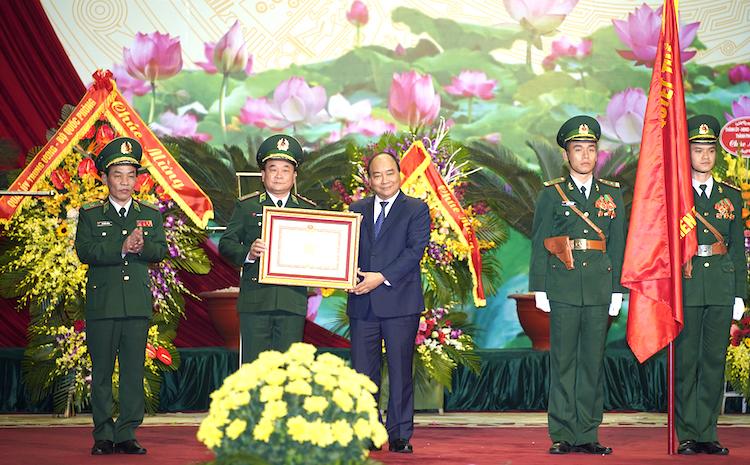 Thủ tướng Nguyễn Xuân Phúc trao Huân chương Quân công hạng Nhất cho Bộ đội Biên phòng. Ảnh: Quang Hiếu