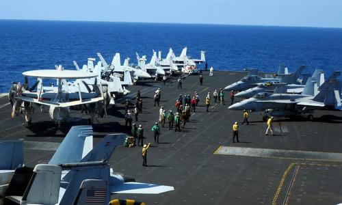 Hoạt động trên tàu sân bayUSS Theodore Roosevelt của hải quân Mỹ khi đi qua Biển Đông hôm 10/4/2018Ảnh: Reuters.