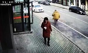 Cụ ông Trung Quốc lao vào ôtô đỗ bên đường để ăn vạ