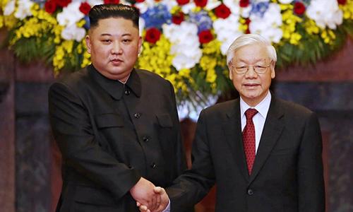 Chủ tịch Triều Tiên Kim Jong-un (trái) bắt tau Tổng bí thư, Chủ tịch nước Nguyễn Phú Trọng tại Phủ Chủ tịch hôm qua. Ảnh: Giang Huy.
