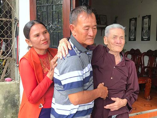 Ông Dương (giữa) ôm chầm lấy người cha già sau 40 năm xa cách. Ảnh: Đức Hùng