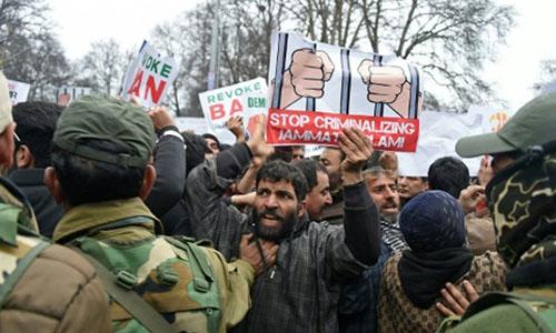 Người biểu tình trong bối cảnh xung đột vũ trang giữa Pakistan và Ấn Độ bùng lên sau khi không quân Ấn Độ sáng 26/2 tiến hành các cuộc không kích tại địa điểm được cho là trại huấn luyện khủng bố ở bên kia biên giới vớiPakistan tại khu vực tranh chấp Kashmir. Ảnh: AFP.