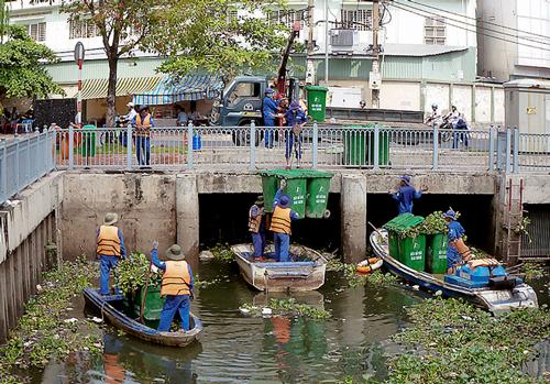 Mỗi ngày, nhân viên môi trường đô thị vớt hàng chục tấn rác từ 4 tuyến kênh rạch ở trung tâm TP HCM. Ảnh: Duy Trần