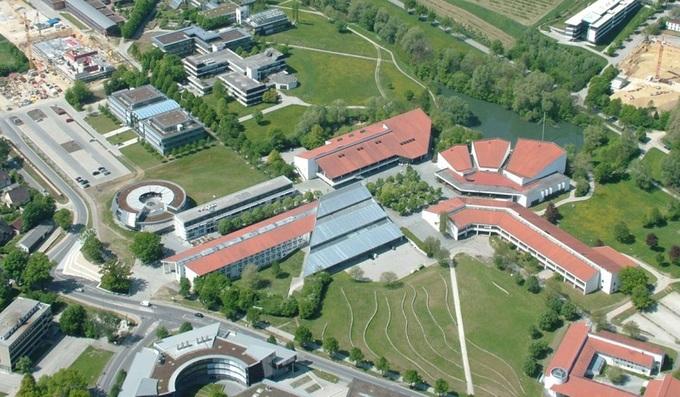 Khuôn viên đại học có máng trượt từ tầng 4 xuống đất