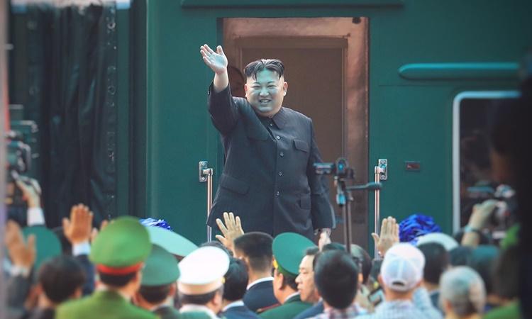 Chủ tịch Triều Tiên Kim Jong-un chào tạm biệt khi lên tàu rời Việt Nam ngày 2/3. Ảnh: Giang Huy.