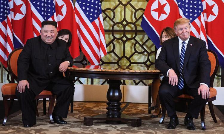 Chủ tịch Triều Tiên Kim Jong-un (trái) và Tổng thống Mỹ Donald Trump trong cuộc gặp tại khách sạn Metropole, Hà Nội hôm 28/2. Ảnh: AFP.
