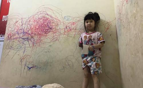 Cô chị với bức tường đầy nét vẽ.