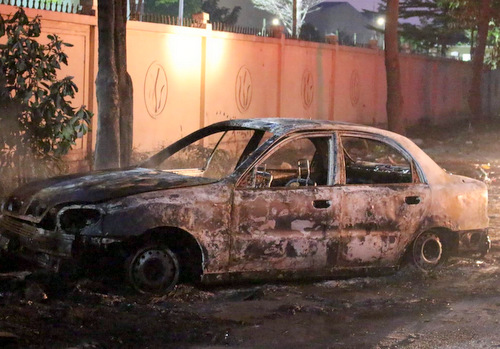 Chiếc ôtô sau vụ hỏa hoạn. Ảnh: Nguyệt Triều.