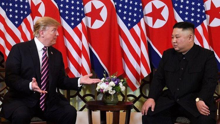 Tổng thống Mỹ Donald Trump (trái) và Chủ tịch Triều Tiên Kim Jong-un trong hội nghị thượng đỉnh lần hai ở Hà Nội. Ảnh: AFP.