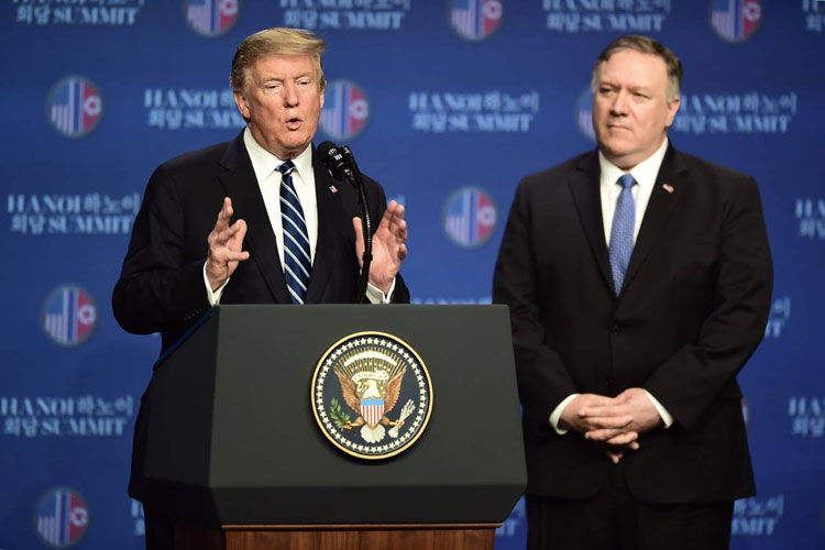 Tổng thống Trump (trái) và Ngoại trưởng Mỹ Mike Pompeo trong cuộc họp báo sau hội nghị thượng đỉnh ở Hà Nội. Ảnh: Giang Huy.