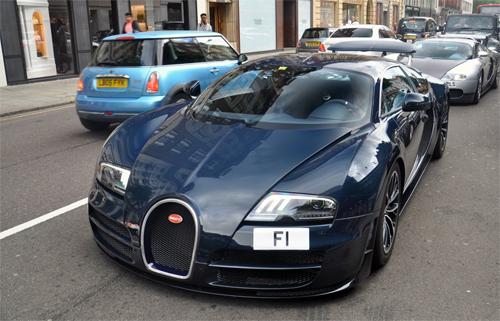 Siêu xe Bugatti Veyron SuperSport gắn biển F1 ở London, Anh, hồi tháng 7/2017. Ảnh: Autogespot