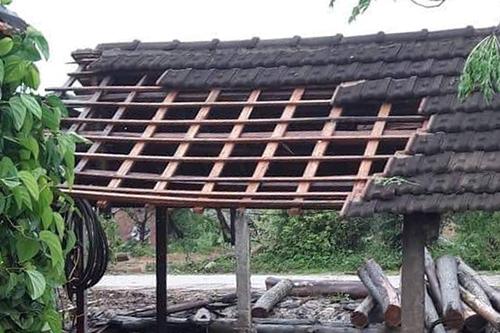 Một nhà dân ở xã Giang Sơn Đôngbị tốc mái ngói sáng nay. Ảnh: NH.