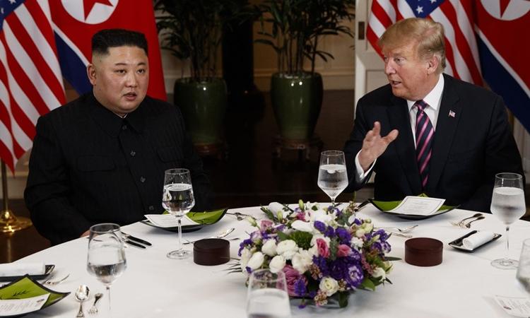 Chủ tịch Triều Tiên Kim Jong-un (trái) và Tổng thống Mỹ Donald Trump trong bữa tối hôm 27/2 ở khách sạn Metropole, Hà Nội. Ảnh: AP.