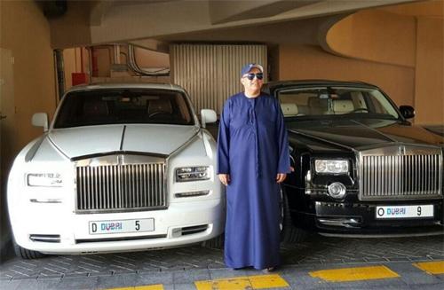 Biển số D5 được gắn lên một chiếc Rolls-Royce của một doanh nhân Ấn Độ, và bên cạnh là một chiếc Rolls-Royce khác với biển D9.