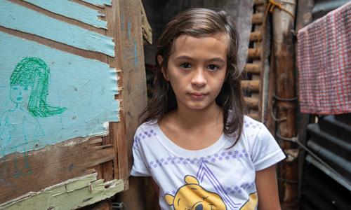 Brigette Sicat, 10 tuổi, con lai của một phụ nữ Philippines hành nghề bán dâm với một người đàn ông quốc tịch Anh tên là Matthew. Ảnh: Guardian.