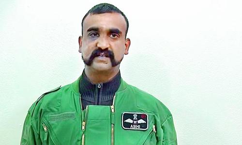 Trung tá Abhinandan Varthaman trong lúc bị Pakistan tạm giữ. Ảnh: PMoD.