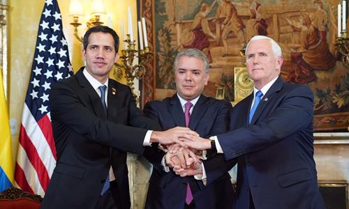 Phó Tổng thống Mỹ Mike Pence, Tổng thống Colombia Ivan Duque bắt tay cùng lãnh đạo phe đối lập Juan Guaido hôm 25/2 tại trụ sở Bộ Ngoại giao Colombia ở Bogota. Ảnh: Nhà Trắng.