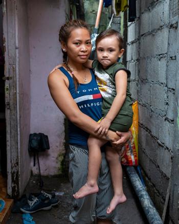 Judith Icaru, 22 tuổi, bế con trai Jaden, 3 tuổi. Ảnh: Guardian.