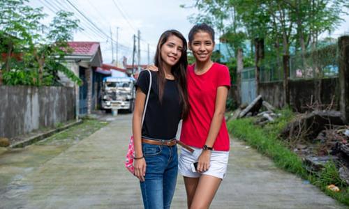 Hai chị em sinh đôi Madeline (phải) và Melanie. Ảnh: Guardian.