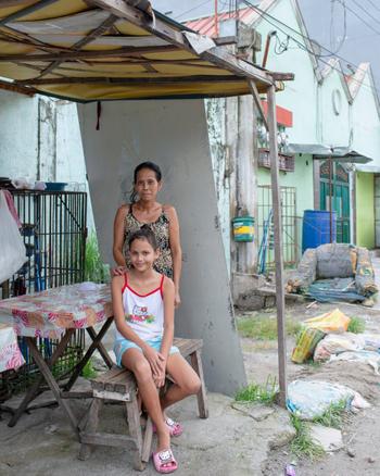 Nely Pones, 45 tuổi, và con gái Michelle, 9 tuổi. Ảnh: Guardian.