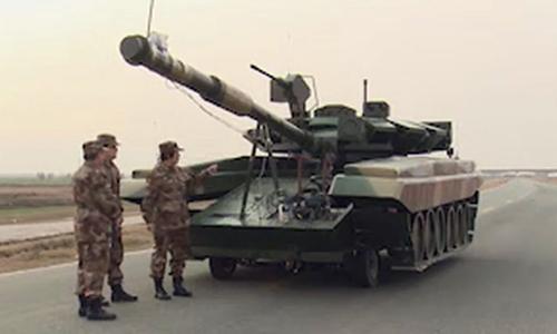 Mô hình xe tăng chủ lực T-90 đặt trên khung xe bánh lốp của Trung Quốc. Ảnh: Defence Blog.