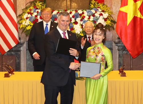 Tổng Bí thư, Chủ tịch nước Nguyễn Phú Trọng và Tổng thống Trump chứng kiến lễ ký kết giữa Boeing và Vietjet trưa 27/2. Ảnh: Ngọc Thành.