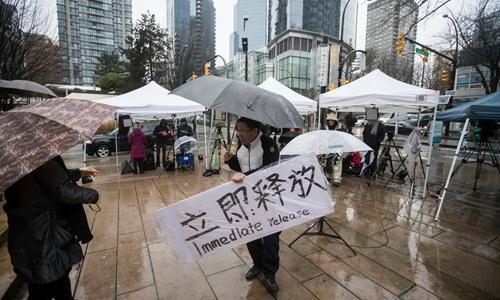 Một người biểu tình yêu cầu thả Mạnh Vãn Chu ngay lập tức bên ngoài Tòa án Tối cao British Columbia hồi tháng 12 năm ngoái. Ảnh: AP.