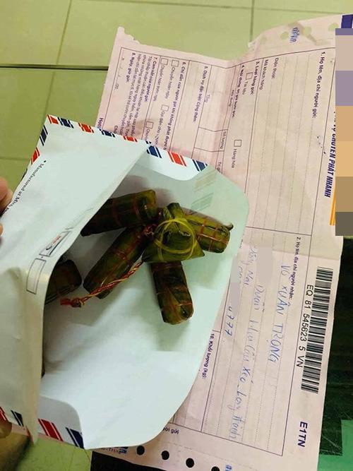Chủshop bỏ 8 cái bánh tét vào phong bì thư vàchuyển phát nhanh đến cho khách.