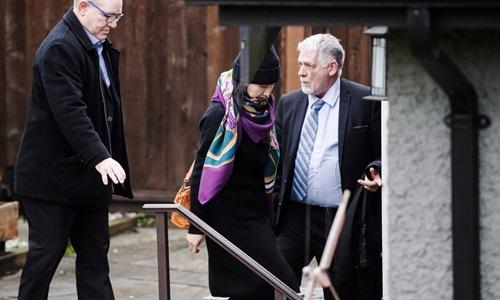 Mạnh Vãn Chu rời căn nhà ở Vancouver hồi tháng 12 năm ngoái với sự bảo vệ của các nhân viên an ninh. Ảnh: AP.