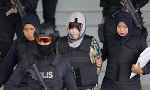 Đoàn Thị Hương (chính giữa) được áp tải ra tòa ở Malaysia hồi tháng 8/2018. Ảnh: Reuters.