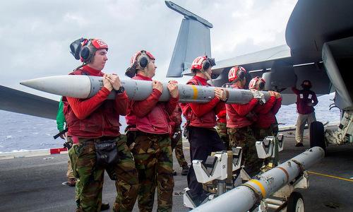 Kỹ thuật viên Mỹ lắp tên lửa AIM-120C cho tiêm kích F/A-18E. Ảnh: US Navy.