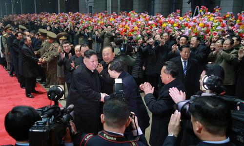 Quan chức và người dân Triều Tiên đón Chủ tịch Kim tại ga Bình Nhưỡng. Ảnh: KCNA.
