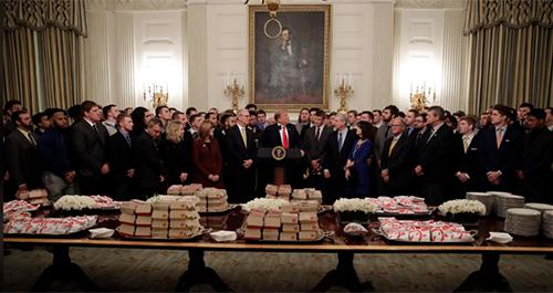 Tổng thống Trump chào mừng đội bóng của đại học North Dakota tại Nhà Trắng hôm 4/3. Ảnh: AP