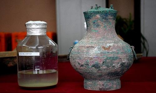 Chất lỏng tìm thấy trong mộ có màu vàng và tỏa ra hương rượu. Ảnh: Long Room.