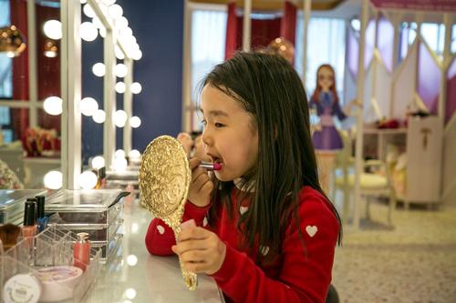 Một bé gái tô son tại tiệm cafePriPara dành cho trẻ nhỏ ở Yongin, ngoại ô Seoul, Hàn Quốc. Ảnh: Washington Post.