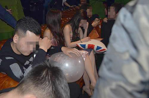 Một số thanh niên sử dụng bóng cười tại một quán bar ở thành phố Vinh đêm 30/1.