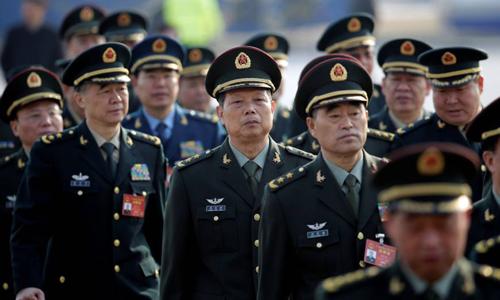 Các đại biểu thuộc Quân giải phóng Nhân dân Trung Quốc tới Đại lễ đường Nhân dân Bắc Kinh để dự cuộc họp quốc hội thường niên hồi tháng 3/2017. Ảnh: Reuters.