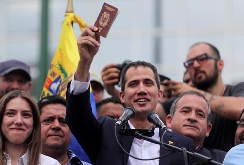 Lãnh đạo đối lập Venezuela Guaido phát biểu trước người ủng hộ sau khi về nước hôm 4/3. Ảnh: Reuters.