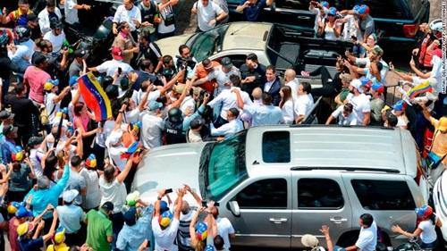 Đám đông người ủng hộ chào đón Guaido trở về. Ảnh: AFP.
