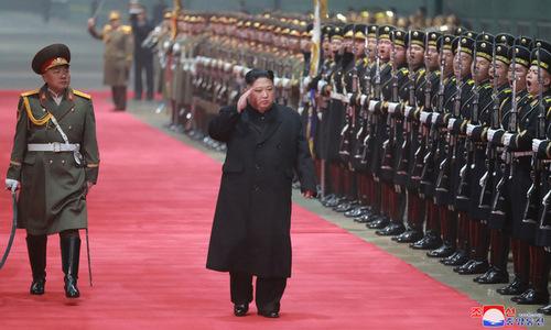 Chủ tịch Kim duyệt đội danh dự sau khi xuống tàu. Ảnh: KCNA.