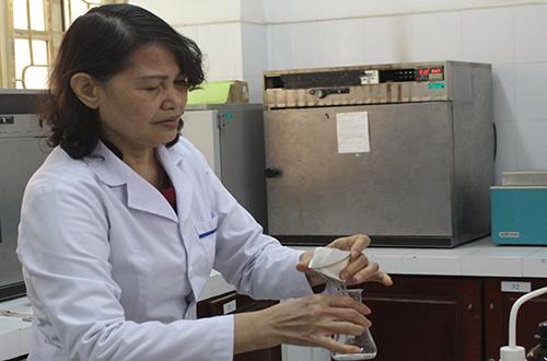 PGS Đồng Kim Loan trong phòng thí nghiệm. Ảnh: Phan Minh.