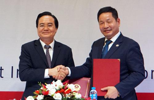 Lễ ký kết thỏa thuận hợp tác giữa Bộ Giáo dục và Tập đoàn FPT. Ảnh: Mạnh Tùng.