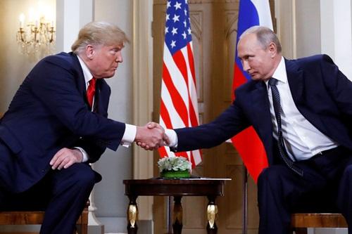 Tổng thống Mỹ Donald Trump (trái) và Tổng thống Nga Vladimir Putin tại hội nghị thượng đỉnh ở Phần Lan tháng 7/2018. Ảnh: Reuters.