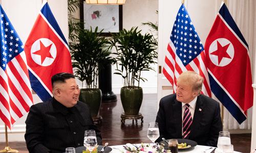 Tổng thống Mỹ Donald Trump (phải) và lãnh đạo Triều Tiên Kim Jong-un dùng bữa tối tại khách sạn Metropole, Hà Nội hôm 27/2. Ảnh: AFP.