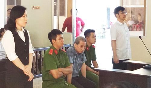Quách Lạc (ngồi giữa) cùng bà Hoa, ông Hậu nghe tuyên án. Ảnh: Quang Minh.