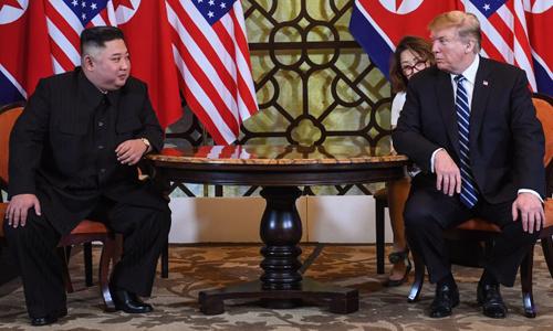 Chủ tịch Triều Tiên Kim Jong-un (trái) và Tổng thống Mỹ Donald Trump tại hội nghị thượng đỉnh lần hai ở Hà Nội hôm 28/2. Ảnh: AFP.