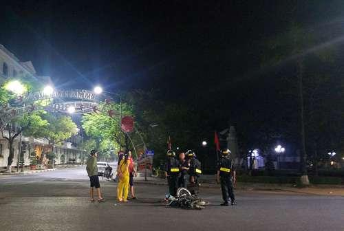 Cảnh sát cơ động bảo vệ hiện trường, tiếp nhận thông tin từ người dân. Ảnh: Võ Thạnh